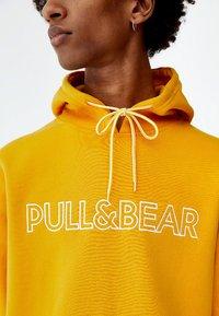 PULL&BEAR - MIT KAPUZE UND SLOGAN - Hoodie - yellow - 3