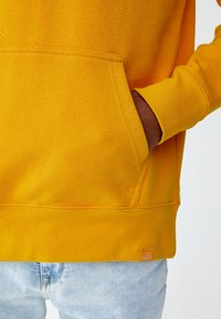 PULL&BEAR - MIT KAPUZE UND SLOGAN - Hoodie - yellow - 4