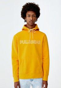 PULL&BEAR - MIT KAPUZE UND SLOGAN - Hoodie - yellow - 0