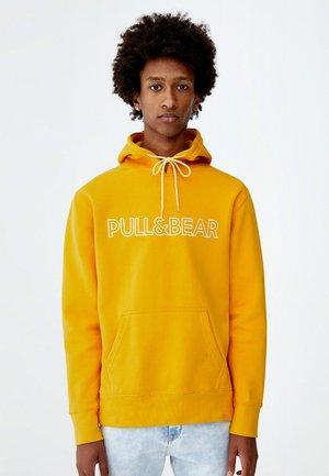 MIT KAPUZE UND SLOGAN - Hoodie - yellow