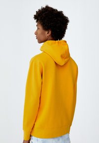 PULL&BEAR - MIT KAPUZE UND SLOGAN - Hoodie - yellow - 2