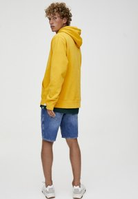 PULL&BEAR - MIT KAPUZE  - Felpa con cappuccio - yellow - 2
