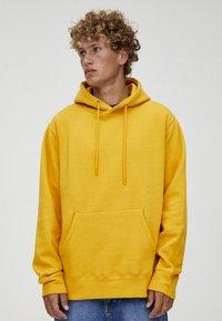 PULL&BEAR - MIT KAPUZE  - Felpa con cappuccio - yellow - 0