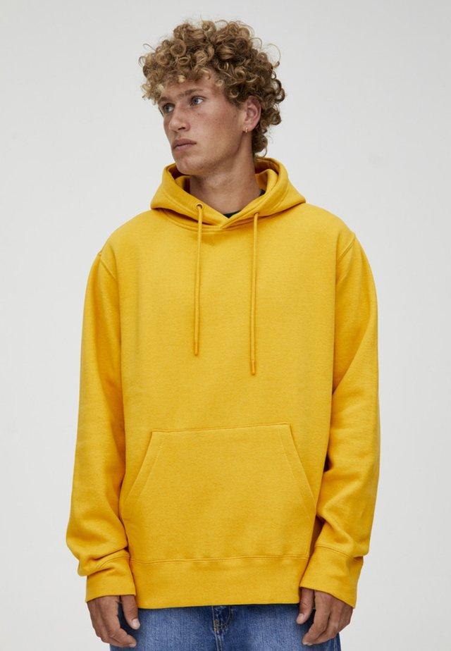 MIT KAPUZE UND BAUCHTASCHE  - Hoodie - yellow