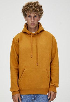MIT KAPUZE  - Hoodie - mustard yellow