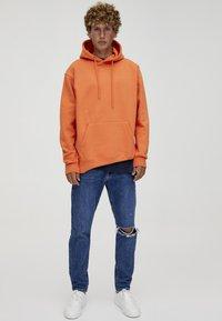 PULL&BEAR - MIT KAPUZE UND BAUCHTASCHE  - Hoodie - orange - 1