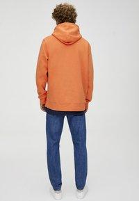 PULL&BEAR - MIT KAPUZE UND BAUCHTASCHE  - Hoodie - orange - 2