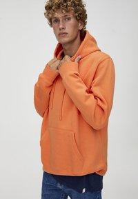 PULL&BEAR - MIT KAPUZE UND BAUCHTASCHE  - Hoodie - orange - 3