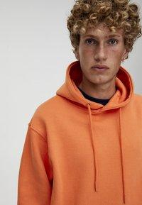 PULL&BEAR - MIT KAPUZE UND BAUCHTASCHE  - Hoodie - orange - 4