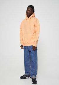PULL&BEAR - MIT KAPUZE UND BAUCHTASCHE  - Hoodie - burnt orange denim - 1