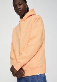 PULL&BEAR - MIT KAPUZE UND BAUCHTASCHE  - Hoodie - burnt orange denim - 3