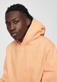 PULL&BEAR - MIT KAPUZE UND BAUCHTASCHE  - Hoodie - burnt orange denim - 4