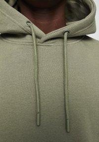 PULL&BEAR - MIT KAPUZE UND BAUCHTASCHE  - Hoodie - mottled dark green - 5