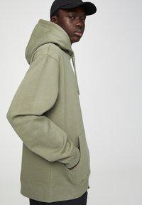 PULL&BEAR - MIT KAPUZE UND BAUCHTASCHE  - Hoodie - mottled dark green - 3