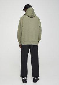 PULL&BEAR - MIT KAPUZE UND BAUCHTASCHE  - Hoodie - mottled dark green - 2