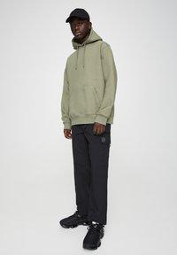 PULL&BEAR - MIT KAPUZE UND BAUCHTASCHE  - Hoodie - mottled dark green - 1