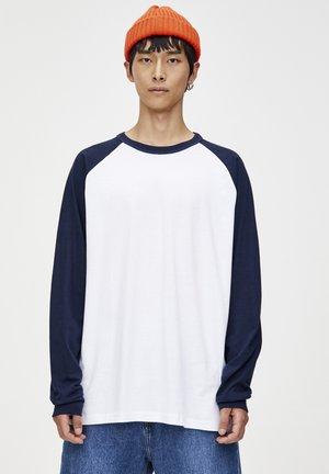 MIT FARBLICH ABGESETZTEN RAGLANÄRMELN - Långärmad tröja - blue