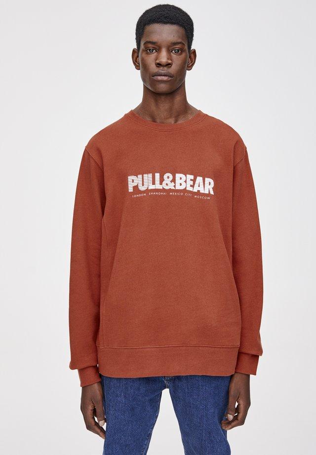 MIT FARBIGEM LOGO - Sweatshirt - red