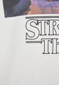 PULL&BEAR - SWEATSHIRT STRANGER THINGS 3 IN WEISS 09596577 - Mikina skapucí - white - 6