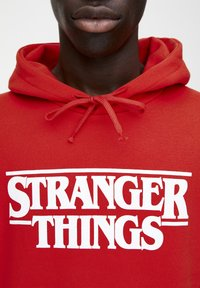 PULL&BEAR - SWEATSHIRT STRANGER THINGS 3 IN ROT 05596918 - Mikina s kapucí - red - 1