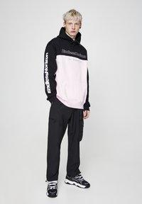 PULL&BEAR - MIT SLOGAN - Sweat à capuche - mottled pink - 1