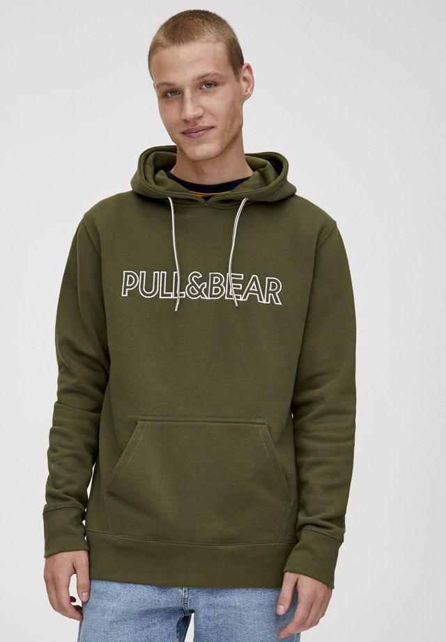 MIT KAPUZE UND SLOGAN - Hoodie - khaki