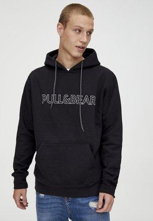 MIT KAPUZE UND SLOGAN - Bluza z kapturem - black