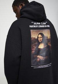PULL&BEAR - MONA LISA - Bluza z kapturem - black - 4