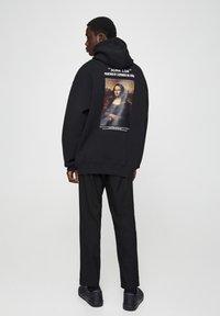 PULL&BEAR - MONA LISA - Bluza z kapturem - black - 2