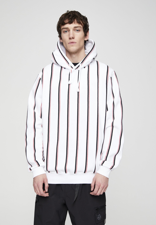 PULL&BEAR MIT STREIFENPRINT UND KAPUZE - Bluza z kapturem - white
