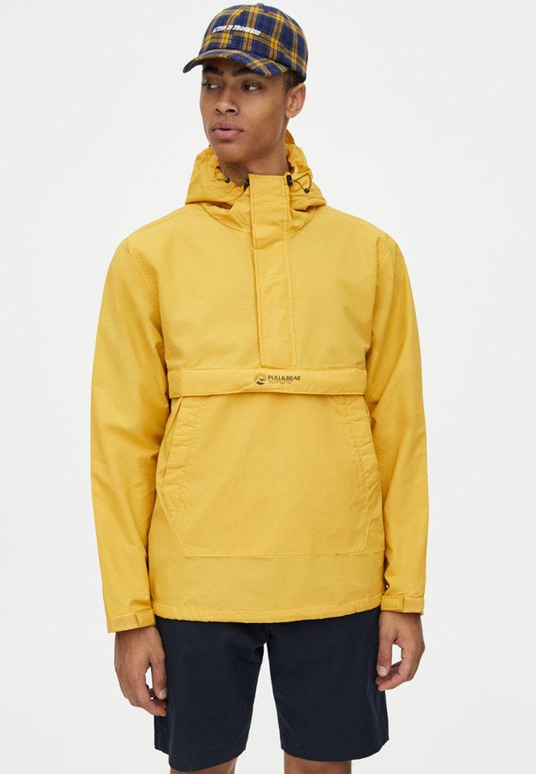 PULL&BEAR - IM HOODIE STIL - Windbreaker - mustard yellow