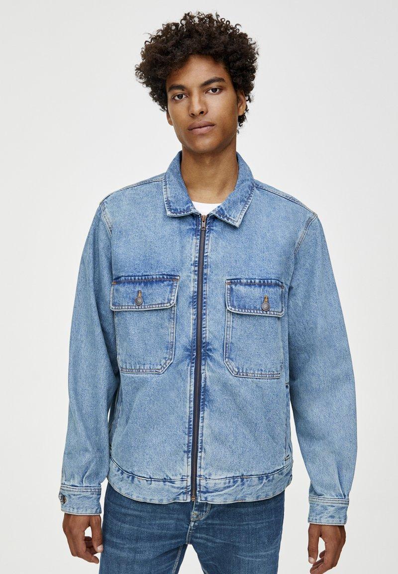 PULL&BEAR - MIT TASCHEN UND REISSVERSCHLUSS  - Džínová bunda - blue