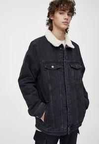 PULL&BEAR - MIT LAMMFELLIMITAT - Veste en jean - black - 3