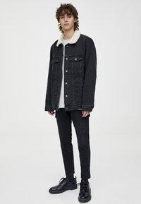 PULL&BEAR - MIT LAMMFELLIMITAT - Veste en jean - black - 1