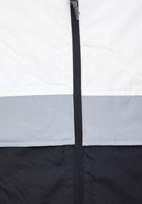 PULL&BEAR - MIT KONTRASTIERENDEN EINSÄTZEN  - Zimní bunda - light grey - 6