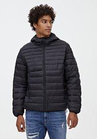 PULL&BEAR - MIT KAPUZE - Zimní bunda - black - 3