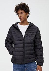 PULL&BEAR - MIT KAPUZE - Zimní bunda - black - 0