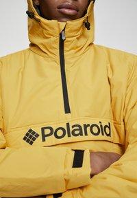 "PULL&BEAR - SENFFARBENE JACKE MIT BAUCHTASCHE ""POLAROID"" 05713559 - Zimní bunda - yellow - 5"