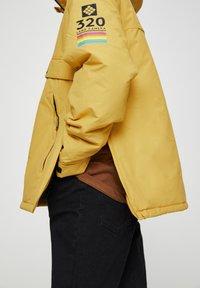 "PULL&BEAR - SENFFARBENE JACKE MIT BAUCHTASCHE ""POLAROID"" 05713559 - Zimní bunda - yellow - 3"