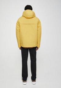 "PULL&BEAR - SENFFARBENE JACKE MIT BAUCHTASCHE ""POLAROID"" 05713559 - Zimní bunda - yellow - 2"