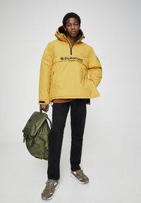 "PULL&BEAR - SENFFARBENE JACKE MIT BAUCHTASCHE ""POLAROID"" 05713559 - Zimní bunda - yellow - 1"