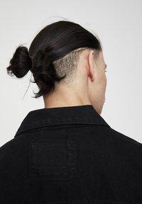 PULL&BEAR - SCHWARZE JEANSJACKE IM KOMFORT-FIT 05713511 - Denim jacket - mottled black - 2