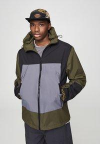 PULL&BEAR - Vodotěsná bunda - khaki - 0