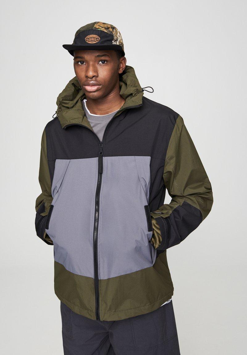 PULL&BEAR - Vodotěsná bunda - khaki