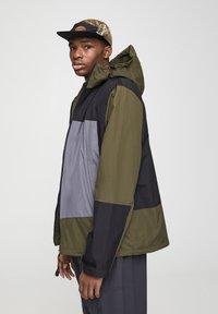 PULL&BEAR - Vodotěsná bunda - khaki - 3