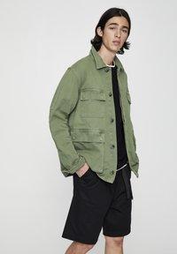 PULL&BEAR - MIT PATTENTASCHEN - Summer jacket - khaki - 0