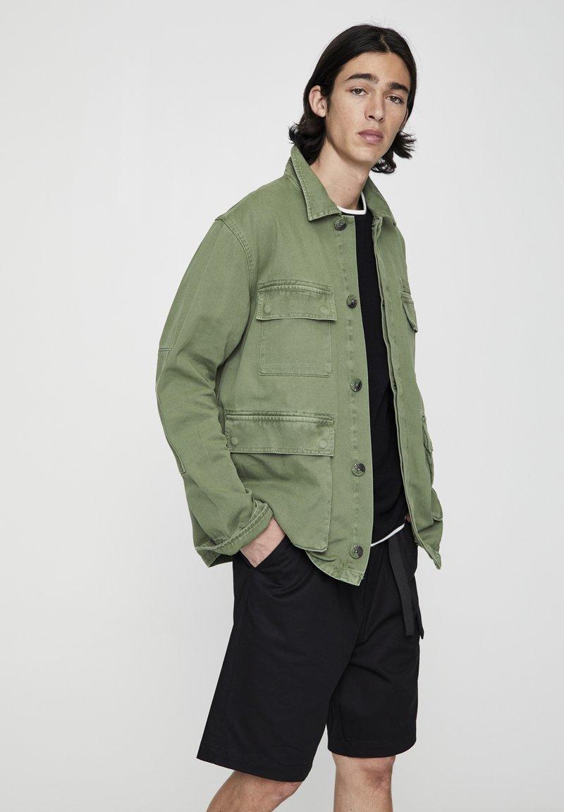 PULL&BEAR - MIT PATTENTASCHEN - Summer jacket - khaki