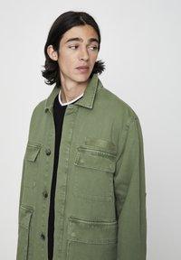 PULL&BEAR - MIT PATTENTASCHEN - Summer jacket - khaki - 4