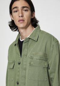 PULL&BEAR - MIT PATTENTASCHEN - Summer jacket - khaki - 5