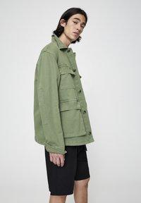 PULL&BEAR - MIT PATTENTASCHEN - Summer jacket - khaki - 3